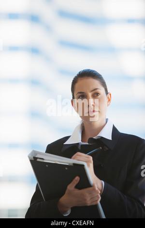 Geschäftsfrau wegsehen in Gedanken - Stockfoto