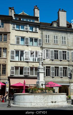 Brunnen auf dem Platz Place du Bourg-de-Four in der alten Stadt von Genf, Schweiz - Stockfoto
