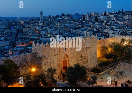 Damaskus-Tor mit Stadtmauern, Abenddämmerung, alte Stadt, Jerusalem, von Paulus Gast Haus, Israel, Nahost - Stockfoto