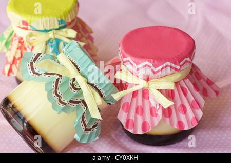 hausgemachte Creme Caramel Schuss auf rosa Serviette in Makro-Objektiv, - Stockfoto