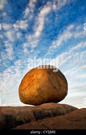 Granitblock von den Devils Marbles im Gleichgewicht. - Stockfoto