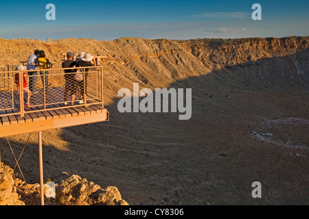 Familie auf der Aussichtsplattform über Meteor-Krater, auch bekannt als Barrenger Crater, in der Nähe von Winslow, - Stockfoto