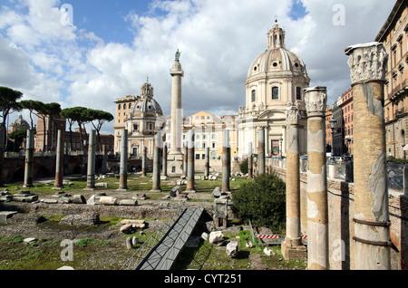Trajan-Spalte und die Kirche des heiligsten namens Mariens auf dem Trajan-Forum - Rom, Italien - Stockfoto