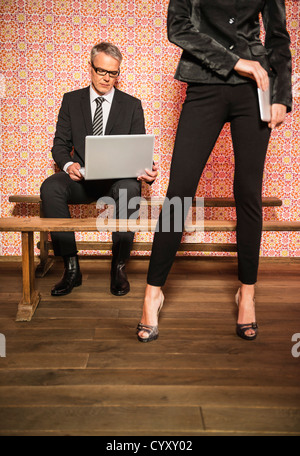 Deutschland, Stuttgart, Business-paar mit laptop - Stockfoto