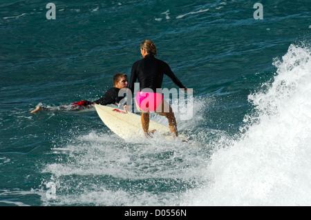 Mädchen an der Honolua Bay Maui Hawaii Surfen - Stockfoto