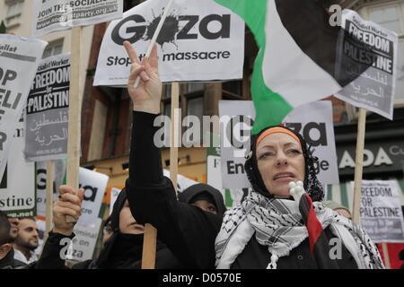 London, UK. 17. November 2012. Pro-palästinensischen Gruppen halten einen Protest außerhalb der israelischen Botschaft - Stockfoto