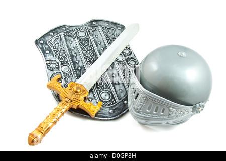 Altes Schild mit Schwert und Helm isoliert auf weiß - Stockfoto