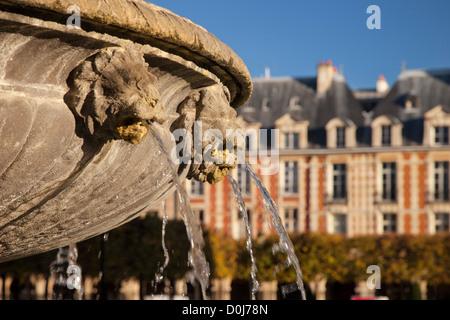 Löwenköpfen Brunnen Details im Place des Vosges, Les Marais, Paris Frankreich - Stockfoto