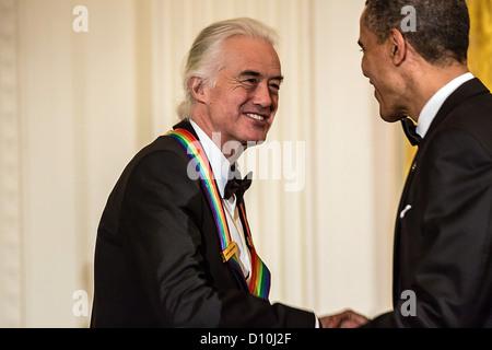 US-Präsident Barack Obama schüttelt Hände mit Jimmy Page der Band Led Zeppelin nach geben Hinweise auf das Kennedy - Stockfoto