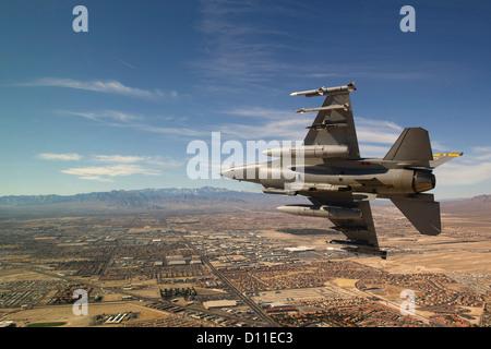 Eine f-16 Fighting Falcon fliegt in Richtung Nevada Test und Trainingsbereich 25. Januar 2012 auf Nellis Air Force - Stockfoto