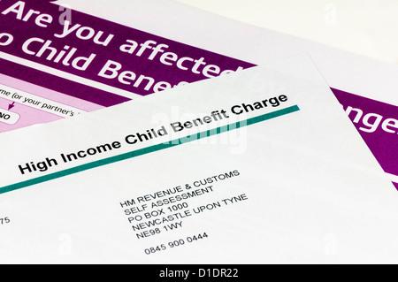 Brief von HMRC zu hohen Einkommen, die Warnung über die Reduzierung des Kindergeldes für alle Einkommen über £50.000 - Stockfoto