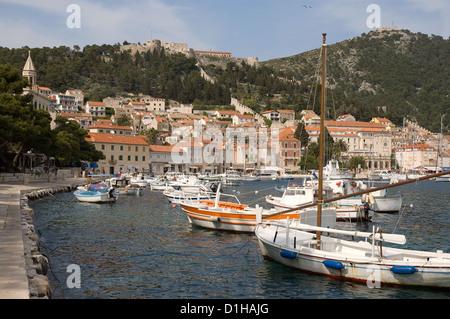 Elk192-2978 Kroatien dalmatinische Küste Hvar Insel Hvar Stadt und Hafen mit Angeln Boote Stadtmauern auf dem Hügel - Stockfoto
