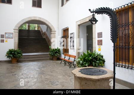 Sóller, Mallorca, Balearen, Spanien. Innenhof des Bahnhofs, Eingang zur Kunstgalerie Sala Picasso zeigt. - Stockfoto
