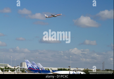 LAN Airlines Boeing 767 auf ausziehen aus dem Miami International Airport, Florida, USA. - Stockfoto