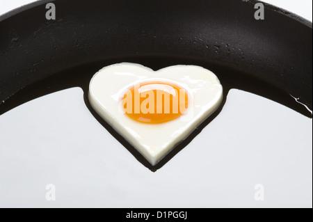 herzförmige Ei Kochen in einer Pfanne erhitzen - Stockfoto