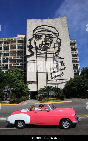 Kultige Eisen Figur des Che Guevara im Ministerium des Innern Bau, Platz der Revolution, Havanna, Kuba. - Stockfoto