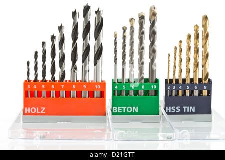 Vielzahl von Bohrer-Sets auf weißem Hintergrund - Stockfoto