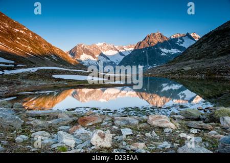 Bergpanorama von Maerjelensee frühen Morgen mit Fusshorn und Dreieckshorn. Teil der Jungfrau-Aletsch-UNESCO-Welt - Stockfoto