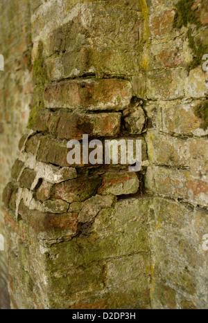 bröckelnden Ziegel Arbeit Säule in Moos bedeckt - Stockfoto