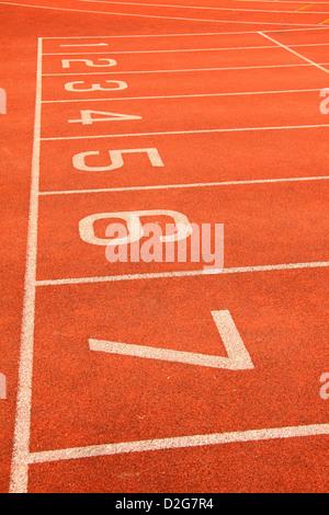 Startlinie auf eine Leichtathletikbahn - Stockfoto