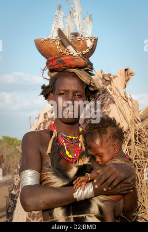 Dassenech Frau halten baby - Stockfoto