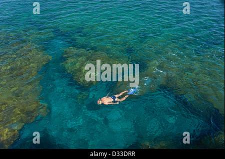 Junger Mann im transparenten flachen Ozean Schnorcheln. Spanien, Kanarische Inseln, Lanzarote Charco del Palo. - Stockfoto