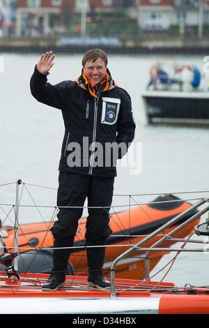 Portsmouth, UK. 9. Februar 2013. Alex Thomson an Bord Hugo Boss begrüßt das Publikum begrüßen ihn auf dem Weg zu - Stockfoto