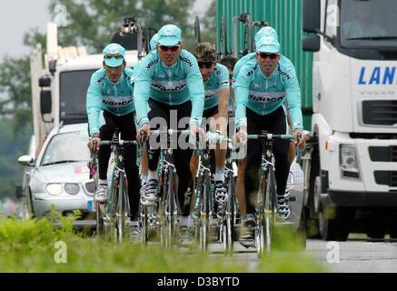 (Dpa) - der Fahrer des Teams Bianchi, Deutsche Jan Ullrich (2. v. L), Spanier Angel Casero (L), italienische Fabrizio - Stockfoto