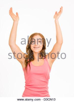 Junge Frau in einem rosa Tanktop auf weißem Hintergrund. Sie hat ihre Hände in der Luft als ob etwas in Frage zu - Stockfoto