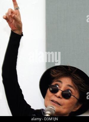 (Dpa) - Yoko Ono (72), Witwe des ehemaligen Beatles-Sänger John Lennnon, hebt den Arm und schaut, wie sie während - Stockfoto