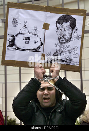 """Exil-Iraner hält Karikaturen unter dem Titel """"Iran"""", das zeigen die Atombombe und der iranische Präsident Ahmadinedschad, - Stockfoto"""
