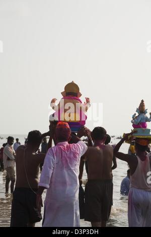 Menschen bei der Immersion-Zeremonie von Lord Ganesha, Mumbai, Maharashtra, Indien - Stockfoto