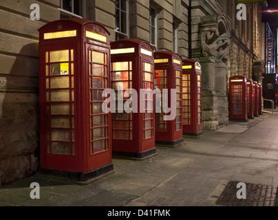 8 K 6 rote Telefonzellen, die im Jahr 1935 von Sir Giles Gilbert Scott, außerhalb des General Post Office in Blackpool, - Stockfoto