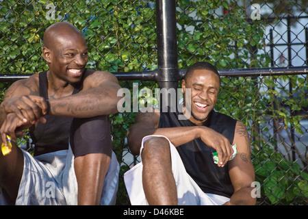 Zwei junge schwarze Männer, ruhen Sie sich nach Feierabend Basketball zu spielen. - Stockfoto