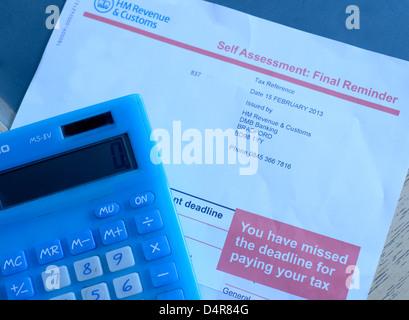 HM Revenue & Zoll, HMRC Selbsteinschätzung Endnachfrage Mahnschreiben. Steuerliche Angaben sowie Namen wurden entfernt. - Stockfoto