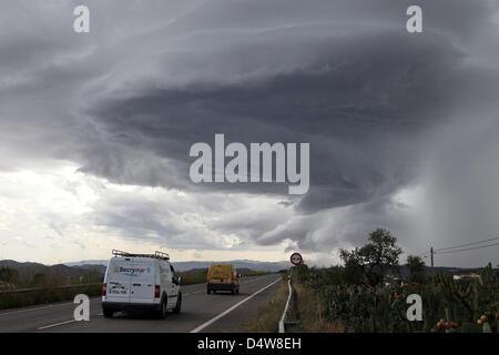 Dunkle Gewitterwolken Ziehen bin Freitag (17.09.2010) Über Eine Landstraße Bei Vera in der Provinz Almeria in Südspanien. - Stockfoto