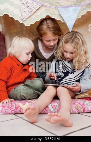 Kinder mit Tablet-Computer im fort - Stockfoto