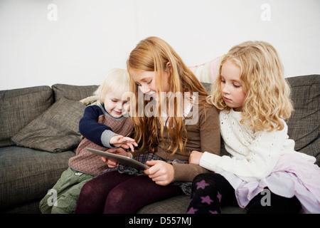 Kinder mit Tablet-PC auf sofa - Stockfoto