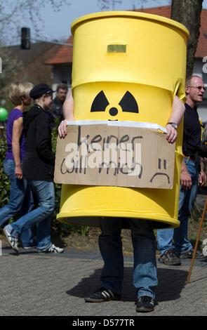 """Ein Greenpeace-Demonstrant hat wie eine nukleare Barrel gekleidet und hält ein Schild mit der Aufschrift """"niemand - Stockfoto"""