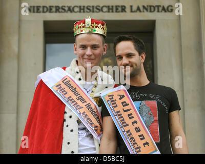 11. Gay Heide-König Steve Jagomast (Steve I. - L) und sein Adjutant Pierre Hellbusch (R) Stand vor der Landtag in - Stockfoto
