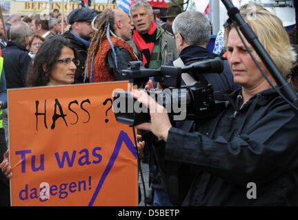 """Ein Demonstrant hält ein Seufzer Sprichwort ' hassen?Etwas dagegen tun """"beim Start von Thilo Buch"""" Deutschland - Stockfoto"""