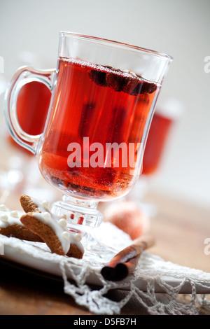Glühwein mit Zimtstangen und Lebkuchen - Stockfoto