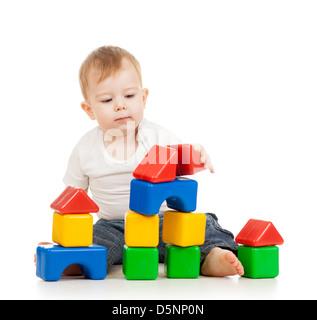 Kind Junge spielt mit Bau stellen Blöcke isoliert auf weißem Hintergrund - Stockfoto