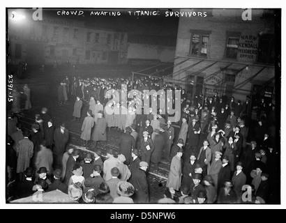Publikum erwartet TITANIC-Überlebende (LOC) - Stockfoto