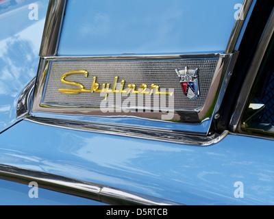 50er Ford Fairlane Skyliner American Classic Motor Car Pulver blau 50er glänzend restaurierten Ford Fairlane Skyliner - Stockfoto