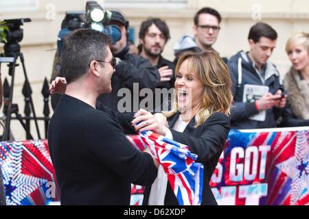 London, UK. 11. April 2013. Das Britain Got Talent Fototermin an der ICA in London.  Simon Cowell mit ein paar Gösch - Stockfoto