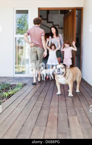 Hund stehen auf hölzernen Terrasse - Stockfoto