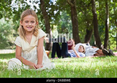 Mädchen sitzen auf der Wiese im park - Stockfoto