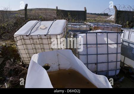 Verlassene Chemikalienbehälter - Stockfoto