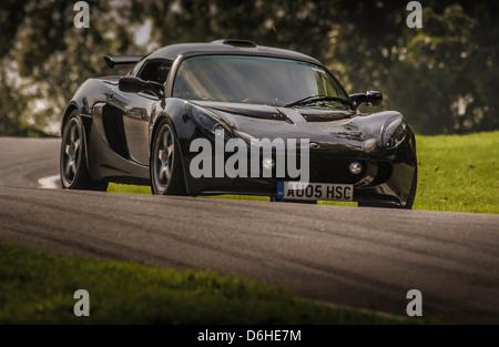 Vorderansicht des schwarzen Lotus Exige Auto beschossen sich aus niedrigen Winkel Cadwell Park racetrack - Stockfoto